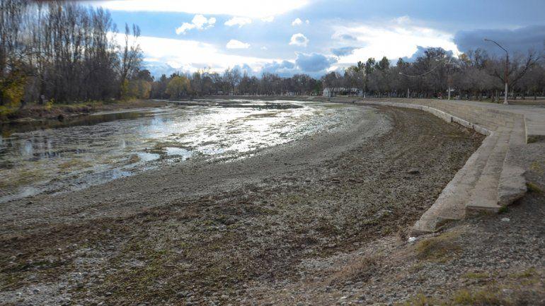 El balneario municipal está casi seco por el bajo caudal que trae el río Limay.