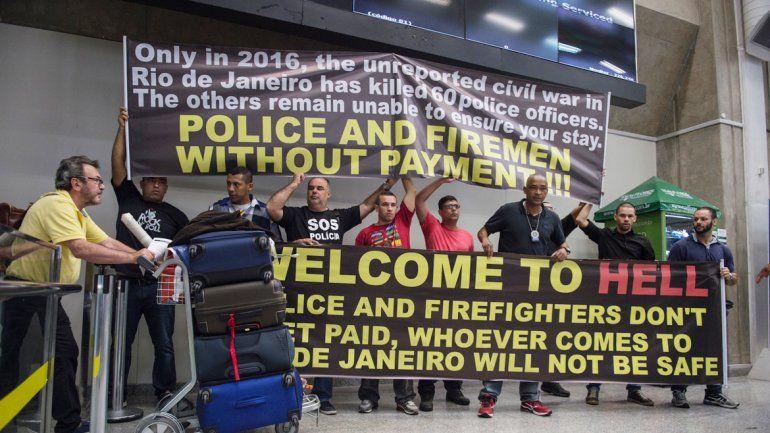 Policías en el aeropuerto: Bienvenidos al infierno