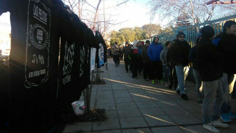La fila para retirar entradas para ver a Las Pelotas.
