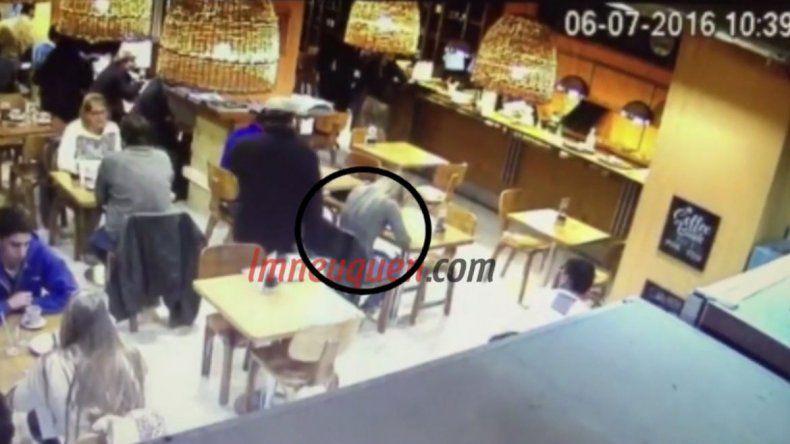 El hombre lleva una bolsa de cartón en la mano para disimular el robo.