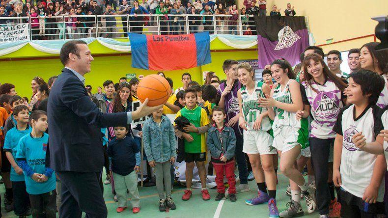 Gutiérrez inauguró la sala de actividad física en Rincón.