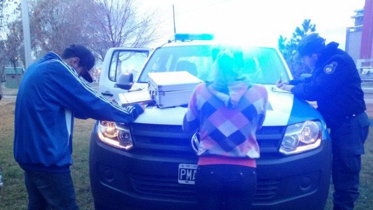 Detuvieron a una pareja de adolescentes por fumar marihuana en la vía pública