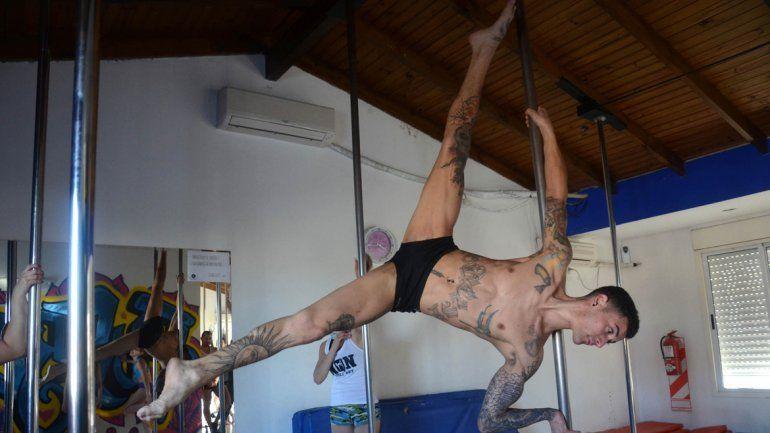 Múltiples figuras acrobáticas en la barra vertical.