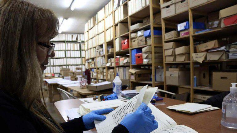 Más de tres mil documentos se ordenarán y clasificarán para convertirlos a formato digital. Los empleados del Archivo Municipal estiman que la tarea se extenderá al menos un año y medio.