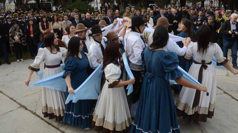 En el acto de plaza Roca se bailó el pericón. Omar Gutiérrez