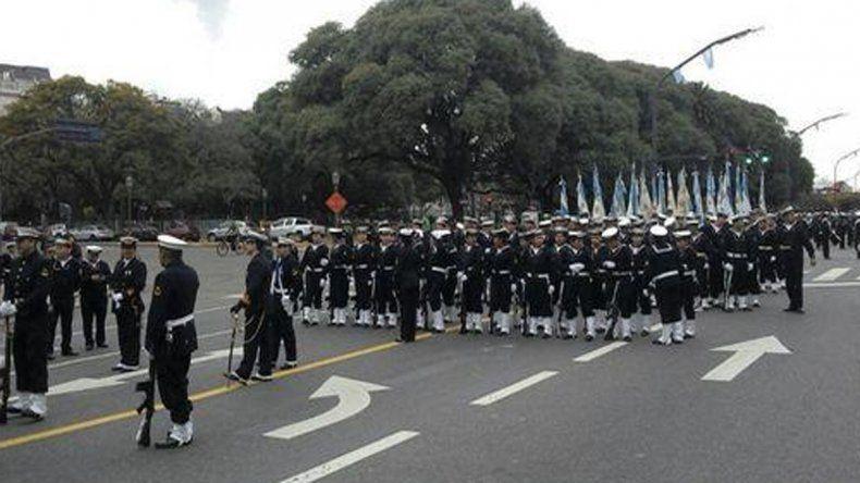 Miles de personas acompañan el desfile militar en Buenos Aires