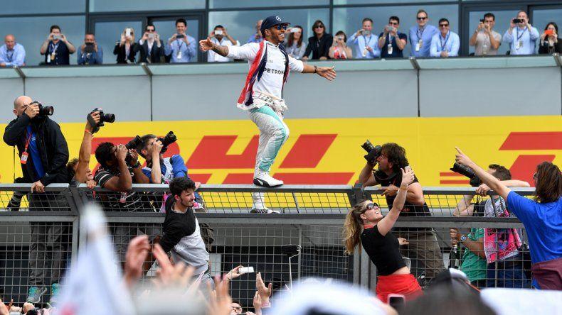 Hamilton ganó y quedó a un punto de quitarle el título a Rosberg