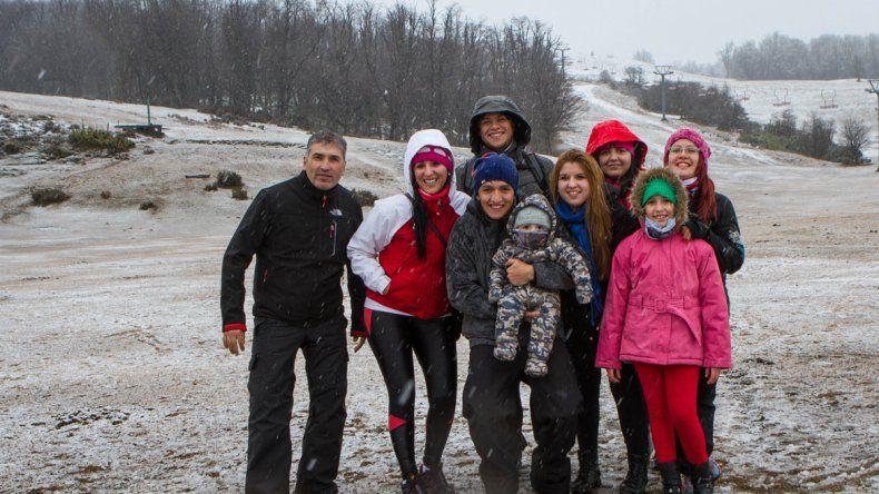 Los turistas recibieron con alegría las primeras nevadas.
