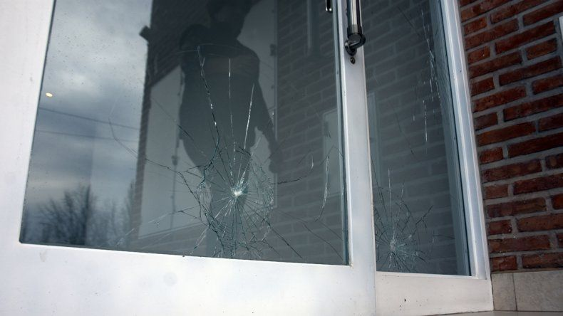 Los vecinos de Río Desaguadero al 800 han sido los más afectados del barrio. Vidrios rotos de Ameghino al 1500.