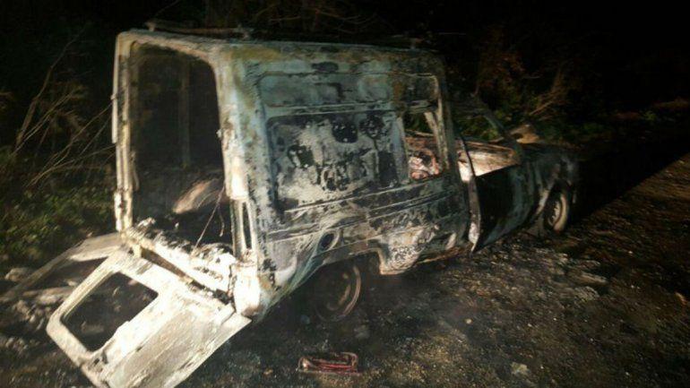 Así quedó el vehículo del hombre que intentó pasarse de vivo.