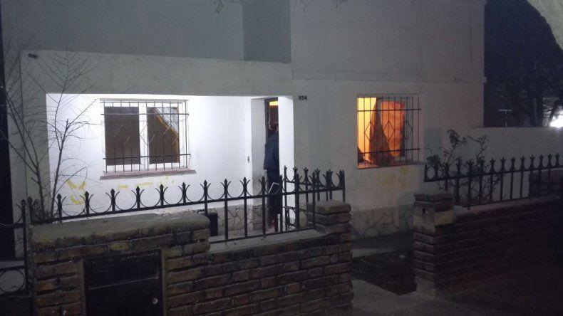 Los invitaron a tomar cerveza a una casa, entraron y el dueño y sus amigos les robaron