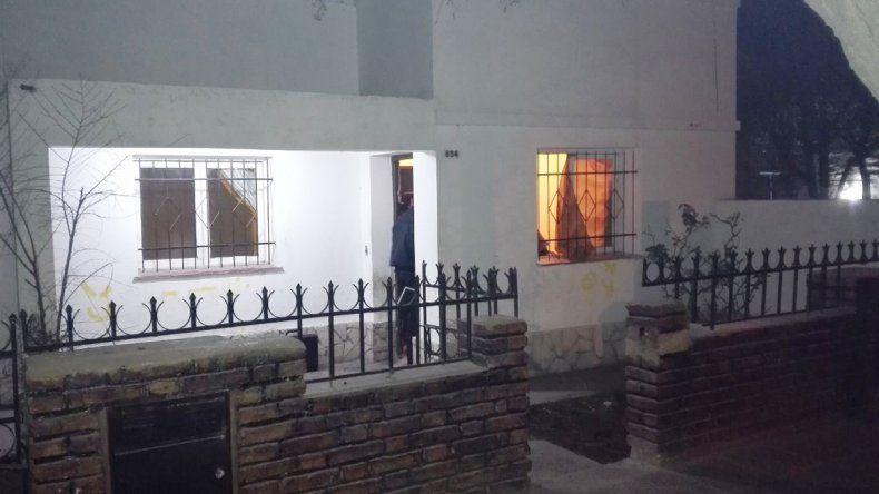La Policía allanó la vivienda y encontró algunas de las cosas que les robaron.