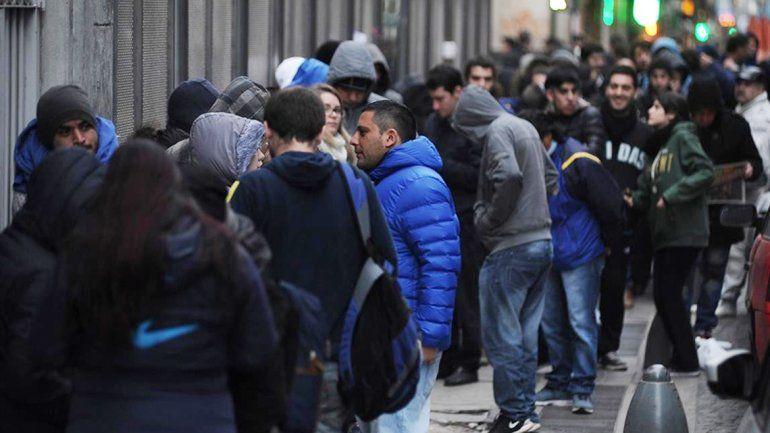 Miles de hinchas esperaron desde temprano para tener su entrada.