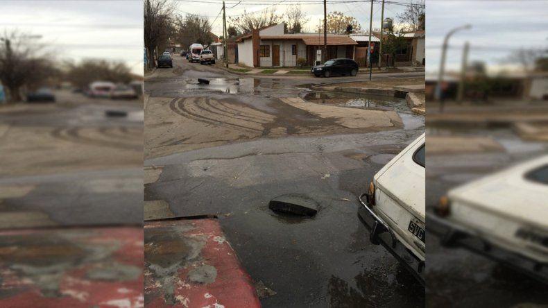 En el barrio La Sirena los vecinos tienen que usar el baño de Jumbo porque rebasan las cloacas