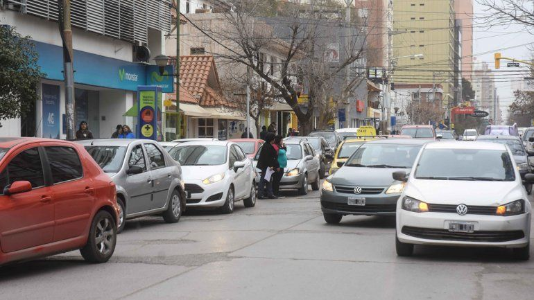 Una constante: estacionar en doble fila o en lugares prohibidos.