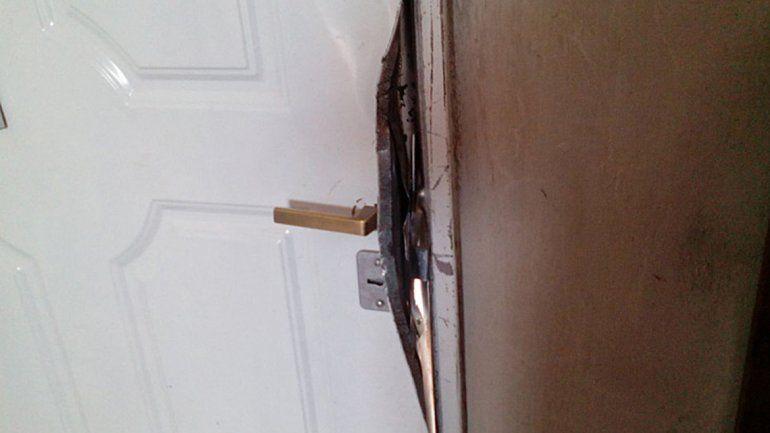 La puerta barreteada para cometer la entradera en el barrio Zani.