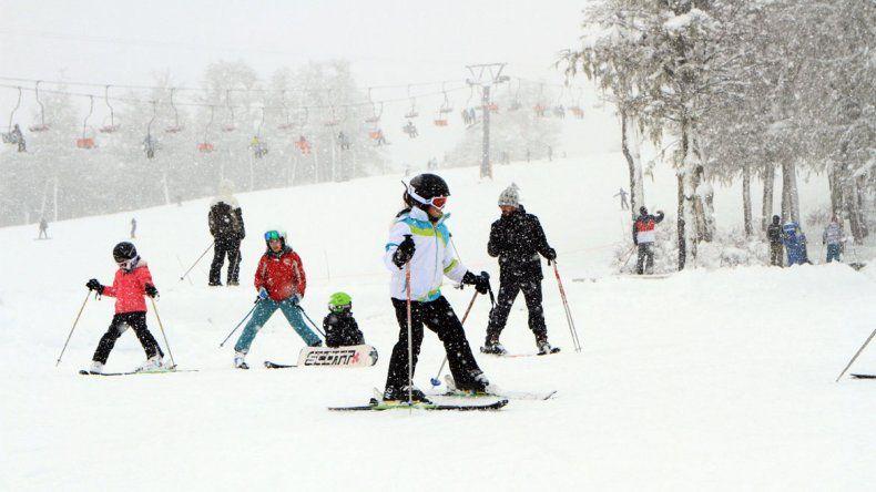 La nieve llegó para quedarse: Chapelco inauguró la temporada de esquí 2016 con miles