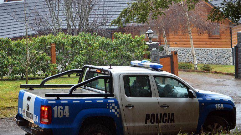 La Policía de Investigaciones y Criminalística realizó pericias en la vivienda del empresario asaltado en La Angostura.