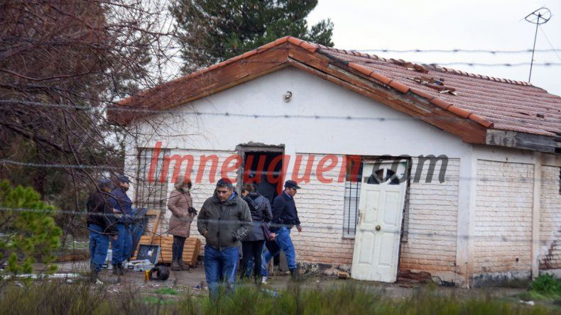 La Policía realizó pericias en la precaria casa al norte de la Autovía.
