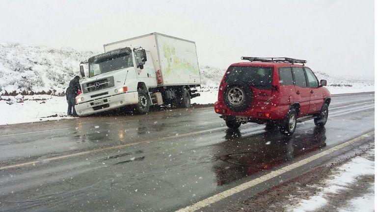 Decenas de camiones quedaron varados en las rutas nevadas