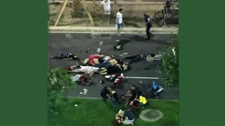 Un camión arrolló a una multitud en Niza: decenas de muertos
