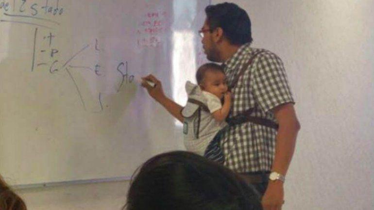 La foto del mexicano enseñando con el bebé en brazos recorrió el mundo.