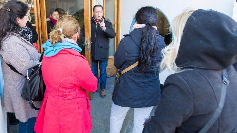 Los cipoleños estafados reclaman frente a la puerta del hotel Ludman.
