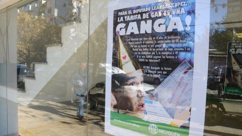 Aparecieron afiches irónicos del diputado López con un bonete en la cabeza.
