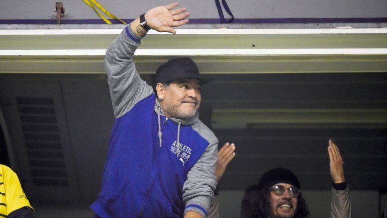 Maradona cumplió y fue a la cancha