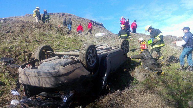 Una familia neuquina resultó herida tras desbarrancar camino a Junín de los Andes