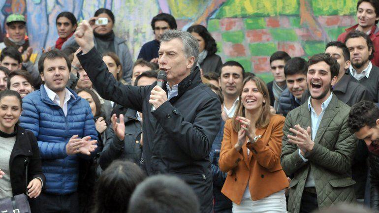 El Presidente reapareció ayer en un acto con jóvenes en Villa Devoto.