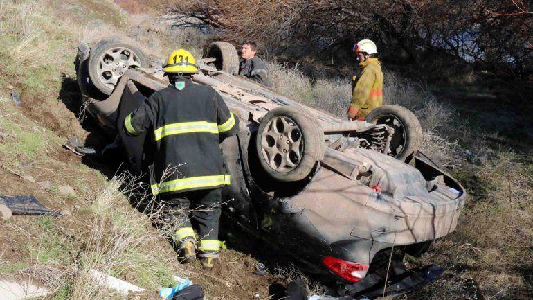 El auto de la familia quedó a 15 metros de la banquina tras el vuelco.