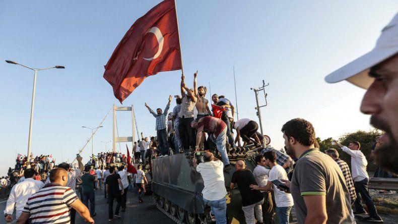 Son 6millos detenidos tras el intento de golpe en Turquía
