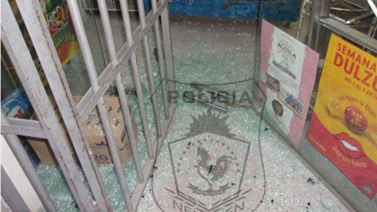 Cuando llegó la Policía había vidrios rotos de la puerta por todos lados.