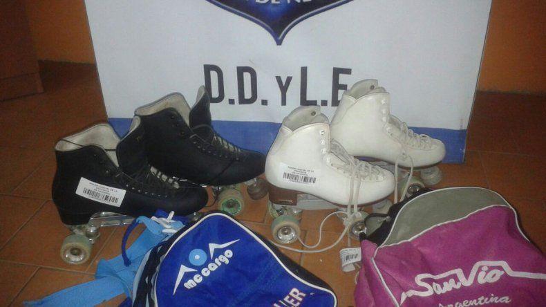 Los dos pares de patines profesionales recuperados con los bolsos originales.