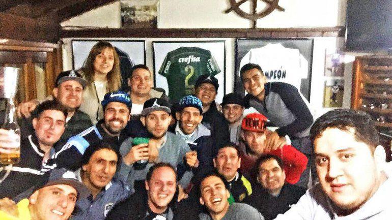 Tevez se mostró contento junto a Tobio y otros amigos en un asado.