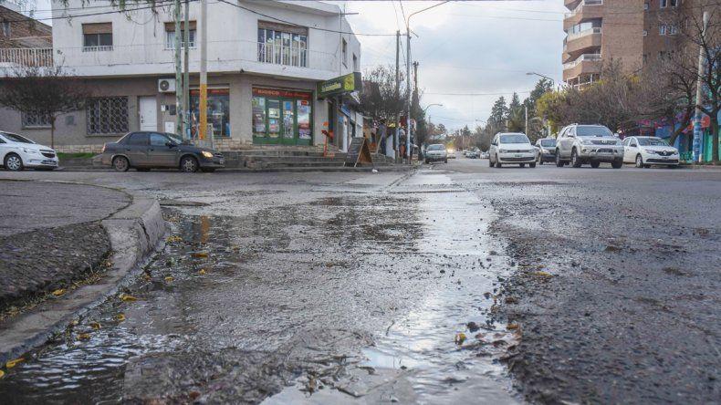 Una postal que se repite en distintos sectores de la ciudad. Los charcos de agua son una constante en Neuquén.