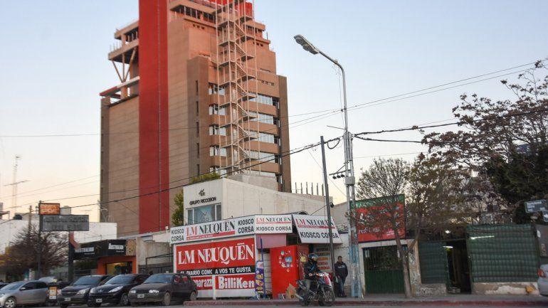 Un grupo de ladrones barreteó las chapas y la puerta del kiosco de Mitre casi Chubut. Fue el domingo a la noche.