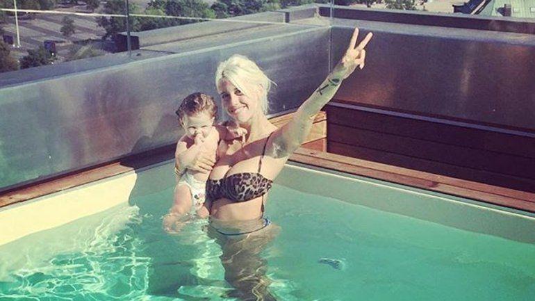Wanda disfruta de la lujosa piscina de su casa.