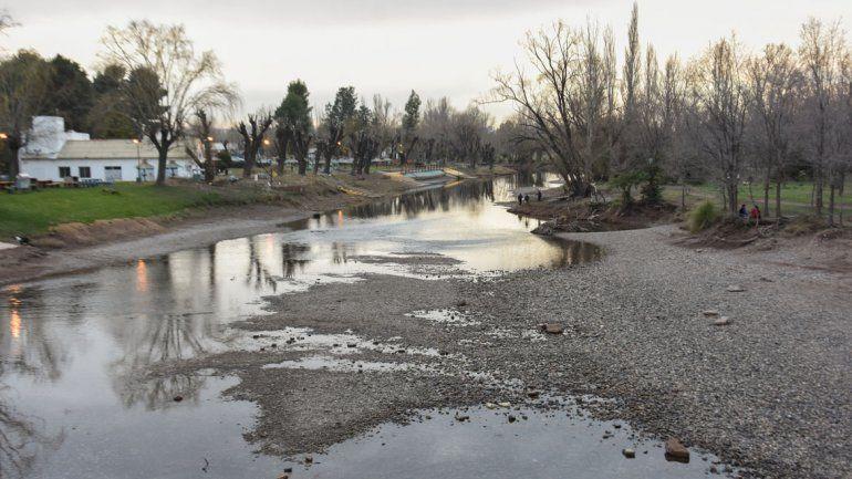 La falta de nieve y lluvias se refleja en el bajo caudal del Limay