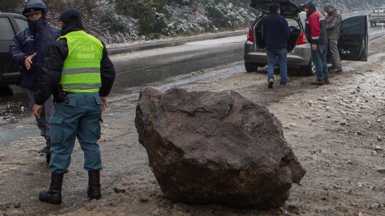 Iban en auto por la Ruta 40, les cayó una roca gigante y se salvaron de milagro