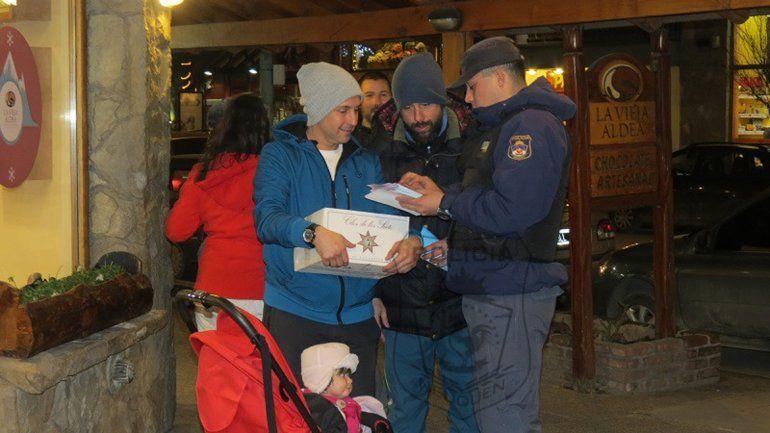 La Policía hace campaña en las calles alertando a turistas de los delitos.