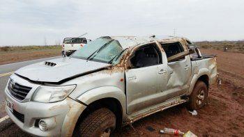 La Toyota Hilux, luego del vuelco en la Ruta 237, cerca de Picún Leufú, el pasado 22 de julio.