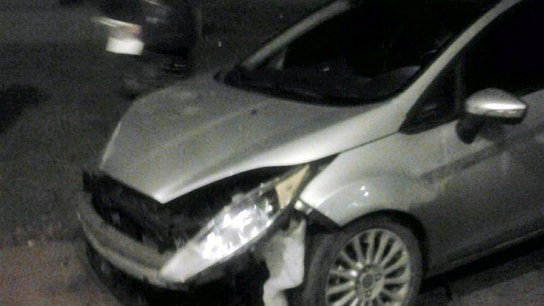 El lateral del Ford Focus quedó destruido tras el choque en la rotonda.