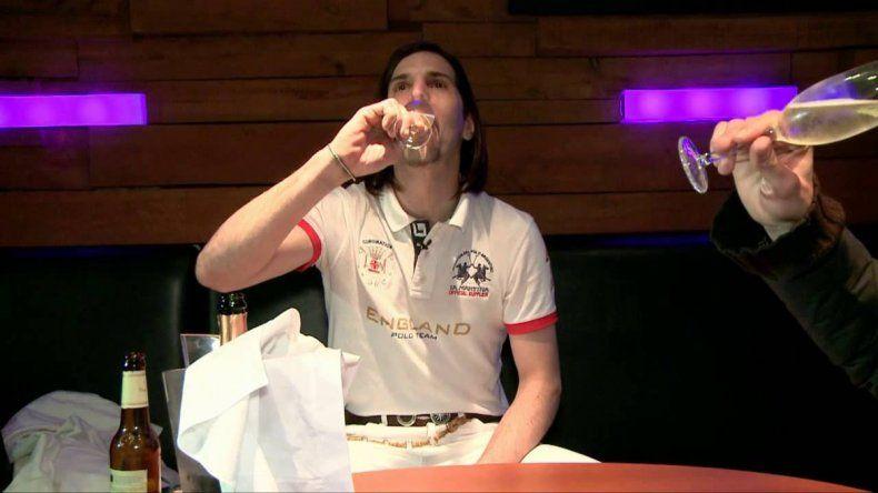 Javier Bazterrica salió de un boliche con una botella de champagne y no pasó el control de alcoholemia.