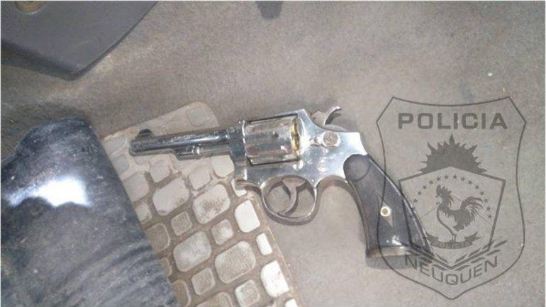 Le pidieron los papeles del auto, se enojó y le encontraron un arma