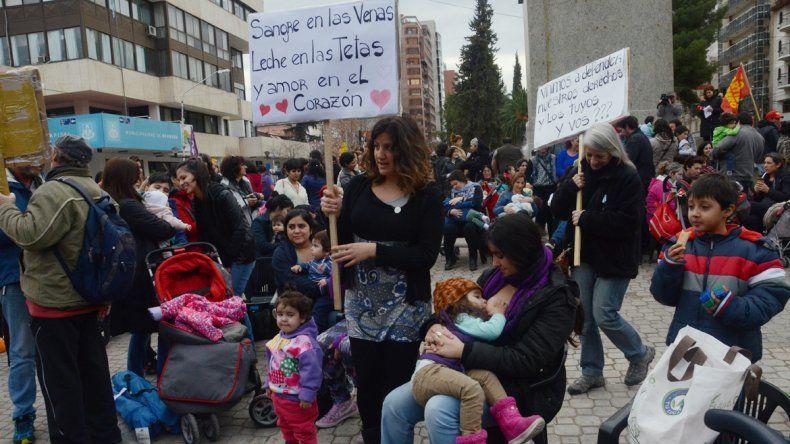 Una multitud se sumó en Neuquén y exigió que amamantar en la vía pública no sea prohibido ni reprimido