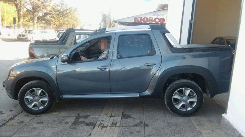 La Renault Duster que se robaron los delincuentes tras raptar a su dueño.