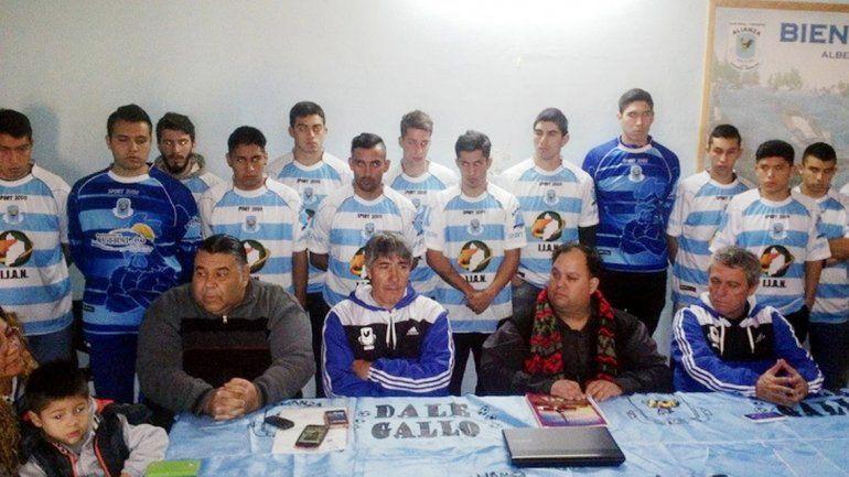Godoy (presidente) y Chiacchiarini (DT) junto a todo el plantel del Gallo.