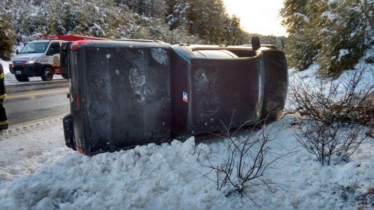 Por el hielo en el asfalto, perdió el control y volcó en cercanías al Paso Samoré